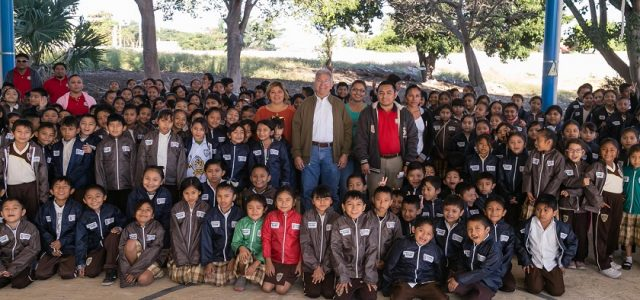 Más de seis mil estudiantes de Umán se benefician con chamarras
