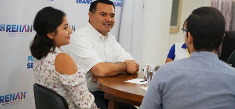 Renán Barrera busca impulsar becas en el extranjero