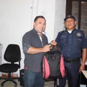 Agente Municipal encuentra y devuelve mochila con $116,600 pesos