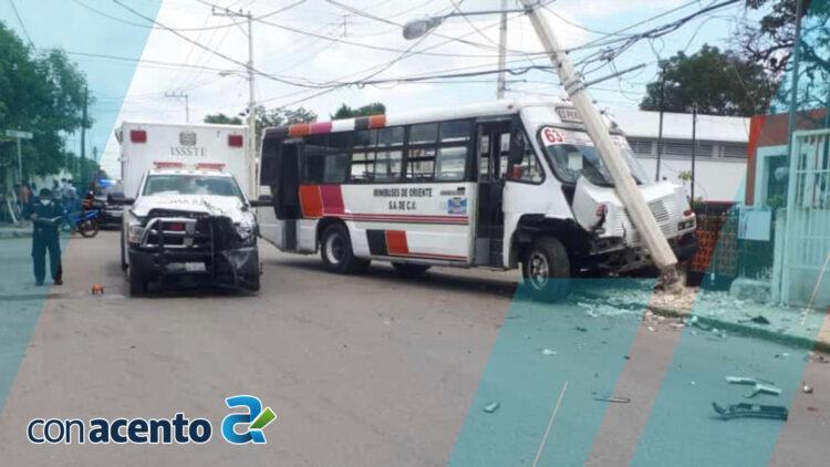 Photo of Camión choca contra ambulancia y se estampa en poste de CFE