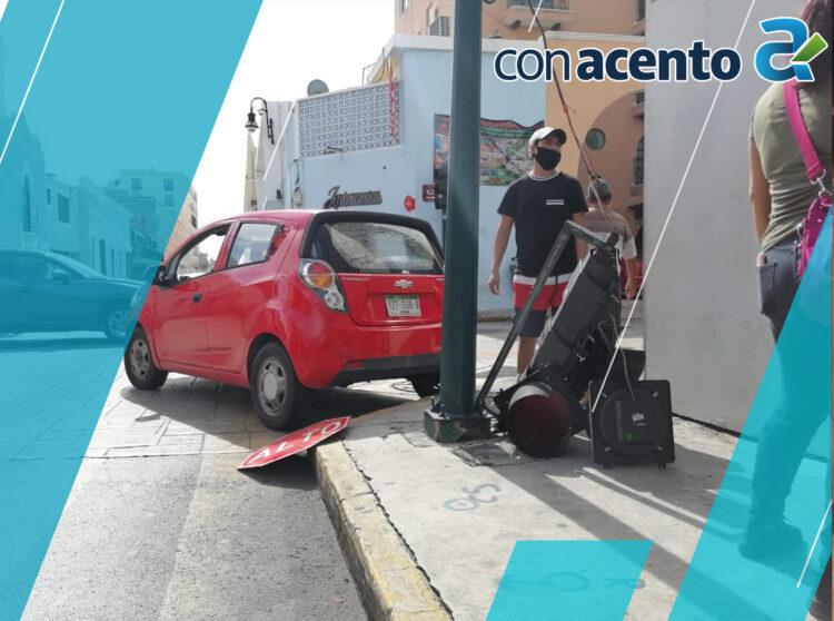 Photo of Fuerte encontronazo de autobús y auto compacto