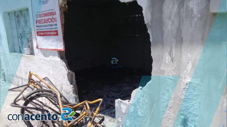 Photo of Choca, derriba pared de predio y huye