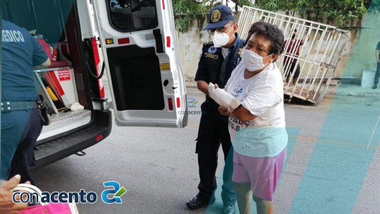 Photo of Mujer de la tercera edad cae en la calle y se rompe el brazo