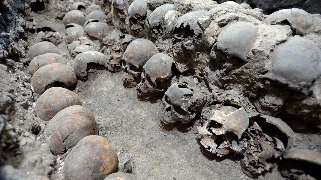 Photo of Arqueólogos mexicanos descubren fachada de torre azteca de cráneos humanos