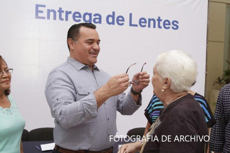 Photo of Ayuntamiento de Mérida entrega lentes gratuitos a la población más vulnerable