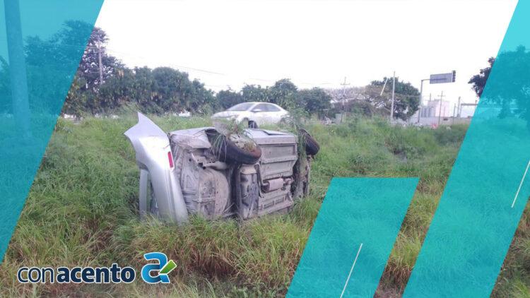 Photo of Pierde el control de su auto y vuelca en periférico de Mérida