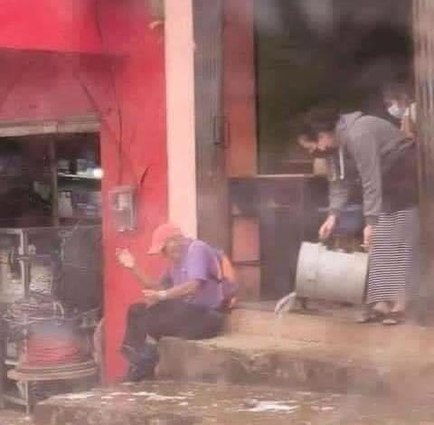 Photo of Mujer le tira agua a abuelito para retirarlo de la puerta de un negocio
