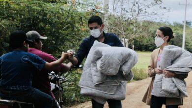 Photo of Diego Ávila protege del frío a familias del Cono Sur