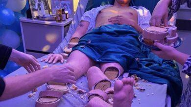 Photo of Pastel hiperrealista de hombre en cama de hospital se vuelve tendencia