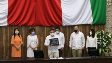 Photo of Distinguen a docente por 30 años de alfabetización en lengua maya