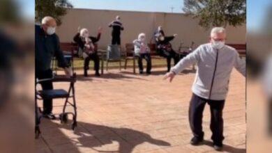 Photo of Bailando, abuelitos celebran recibir vacuna contra Covid-19