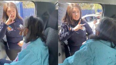 Photo of En lenguaje de señas, policía explica a abuelita proceso de vacunación
