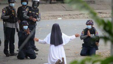 """Photo of """"Dispárenme a mí, no a los niños"""": Monja se arrodilla en protesta"""