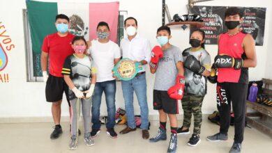 Photo of Vila observa el entrenamiento de boxeo de niñas y niños durante visita al excampeón mundial Gilberto Keb