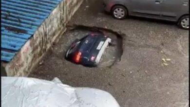 Photo of Tras fuertes lluvias socavón se traga un auto en Bombay, India