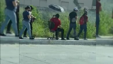 Photo of Jóvenes llevan toldo y sillas para soportar largas filas de vacunación en Tamaulipas