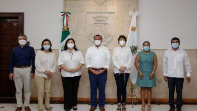 Photo of Renán Barrera firma el acta de entrega-recepción de la administración municipal