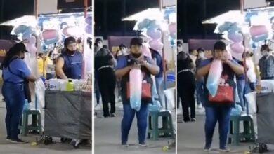 Photo of Comerciante sopla a bolsas con algodón de azúcar en Feria de Torreón
